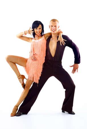 pareja bailando: joven pareja de baile latino en blanco