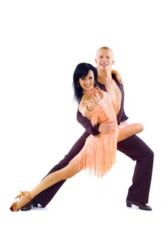 bailes latinos: joven pareja de baile latino en blanco