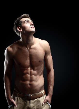 männer nackt: Portr?t der jungen starken Mann vor schwarzem Hintergrund