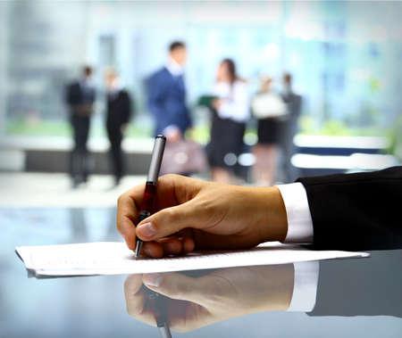 legal document: Empresario es la firma de un contrato Foto de archivo