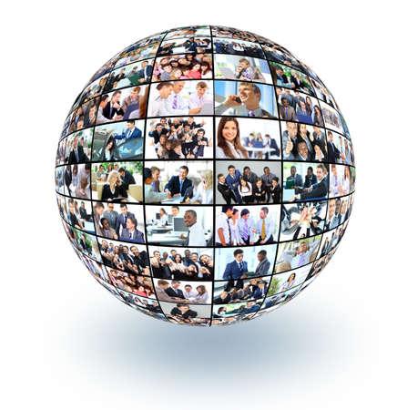 Een bol is geïsoleerd op een witte achtergrond met veel verschillende mensen uit het bedrijfsleven