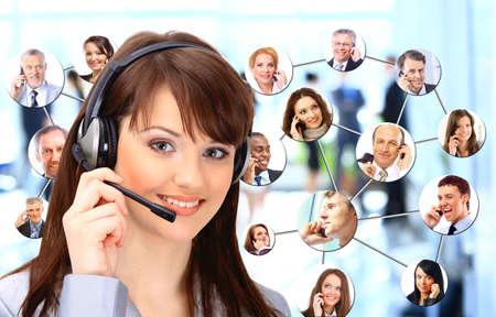 servicio al cliente: Un grupo de personas hablando por tel�fono Foto de archivo