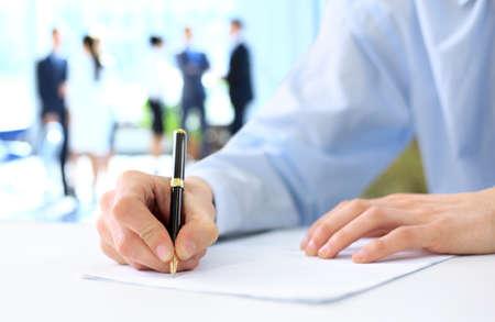 Handen schrijven op een papier
