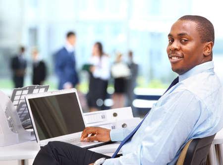 black business man: Portrait d'un entrepreneur affichage de l'ordinateur portable afro-am�ricaine heureux dans le bureau Banque d'images