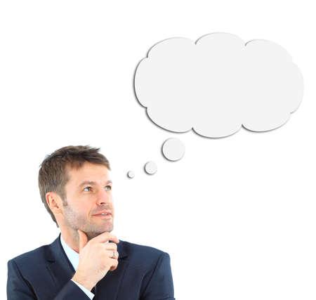 hombre pensando: pensamiento del hombre joven, aislado en blanco