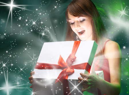 Mooi meisje opening x-mass magie aanwezig Kerstmis Stockfoto