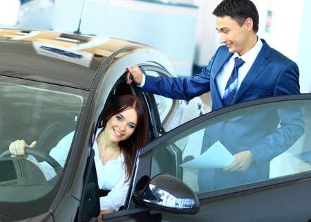 levantandose: Mujer que compra un coche nuevo Foto de archivo