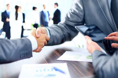 contrato de trabajo: Estrechar la mano de gente de negocios