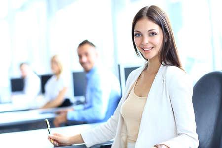 オフィスで彼女のチームを持つ女性実業家 写真素材