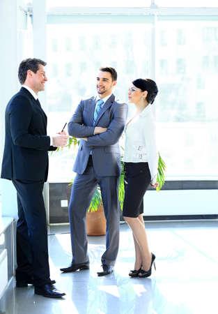 Ondernemers hebben van Meeting In Moderne Kantoor Stockfoto