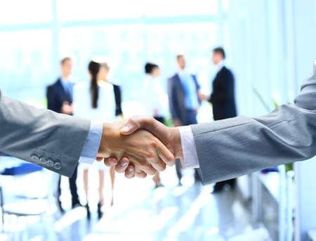 dandose la mano: Cerca de los empresarios estrechar la mano