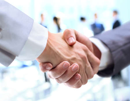 contrato de trabajo: Primer plano de un apretón de manos de negocios