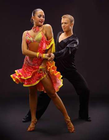 bailes latinos: bailarines contra el fondo negro Foto de archivo