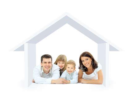 家庭: 幸福的家庭在一所房子。隔離在一個白色背景和基礎