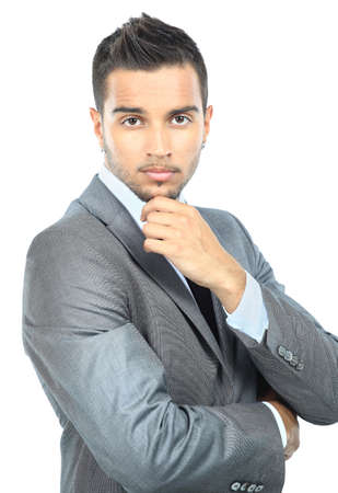 young man standing: Ritratto di un giovane uomo alla moda in piedi con le mani piegate su sfondo bianco