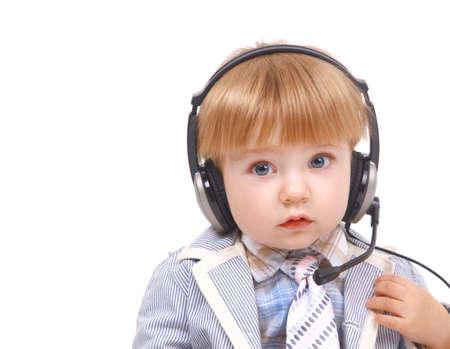 conversaciones: Niño pequeño con el teléfono teléfonos oído-se ríe, está aislado en fondo blanco
