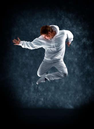 bailarin hombre: bailarina de danza moderna posa delante de la pared vieja y sucia