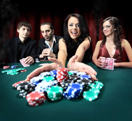 fichas de casino: Mujer con estilo gana en el casino Foto de archivo