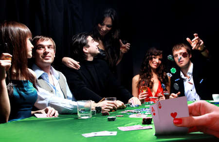 hombre fumando: grupo de jugadores de póker siniestros