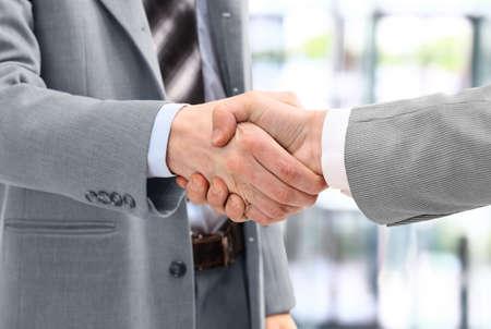 Business-Männer in per Handschlag im Büro