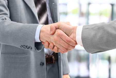 Uomini d'affari in una stretta di mano in ufficio