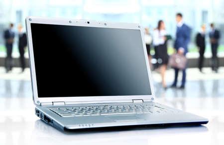 dünnen Laptop auf Büro-Schreibtisch