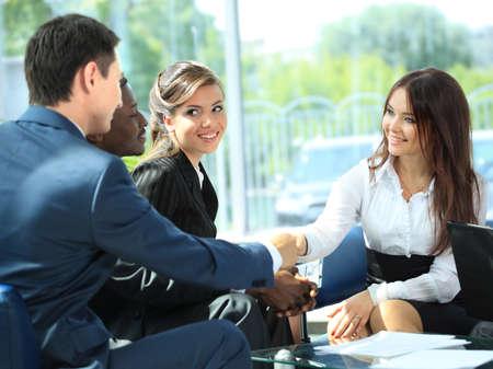 personas saludandose: La gente de negocios apret�n de manos, terminando una reuni�n Foto de archivo