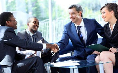 dandose la mano: La gente de negocios d�ndose la mano en una reuni�n