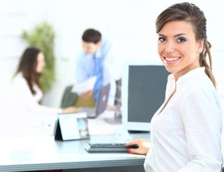 Porträt einer schönen Geschäftsfrau, die an ihrem Laptop in einem Büro-Umgebung