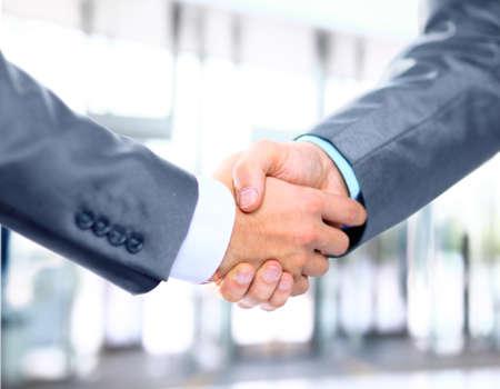 ビジネス手のクローズ アップが 2 人の同僚の間にブレ 写真素材
