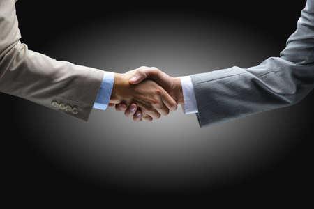 Handshake - Hand hält auf schwarzem Hintergrund