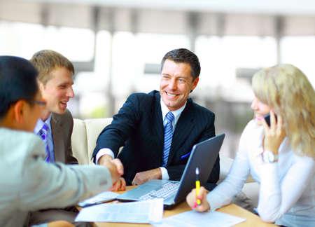 pozitivní: Podnikatelé potřesení rukou, dokončování schůzku Reklamní fotografie