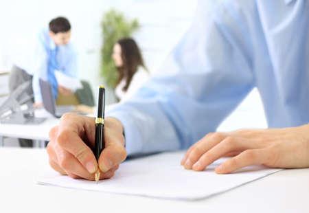 Hände schriftlich auf einem Papier