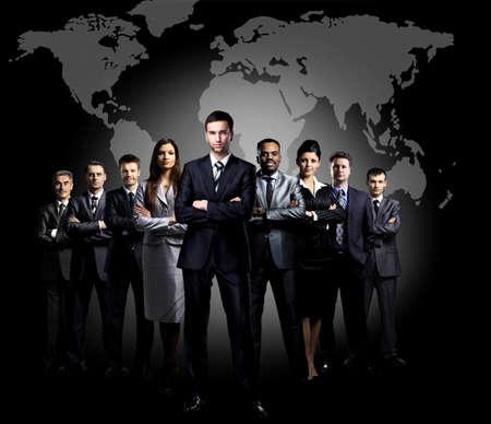 Portrait en pied d'un groupe de gens d'affaires