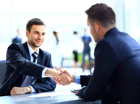 business support: Twee collega's handen schudden tijdens de vergadering Stockfoto