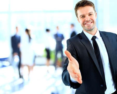 buen trato: Empresario ofreciendo un apretón de manos Foto de archivo