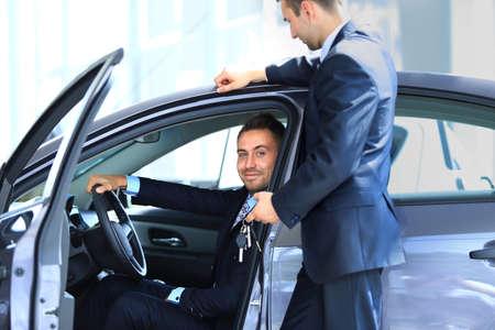 soñar carro: hombre comprar un coche nuevo Foto de archivo