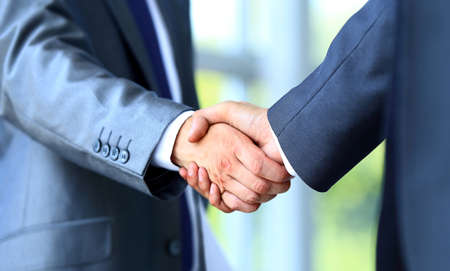 Twee zakenman handen schudden