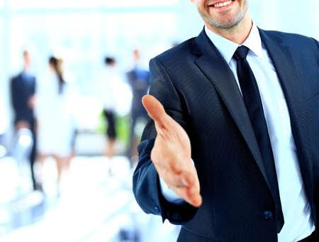 Homme d'affaires offrant une poignée de main Banque d'images