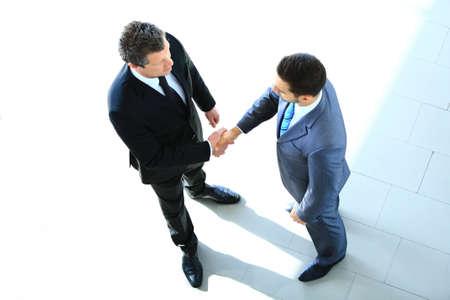 ejecutivo en oficina: Vista superior de un hombre de negocios dos que sacude las manos - Bienvenido a negocio