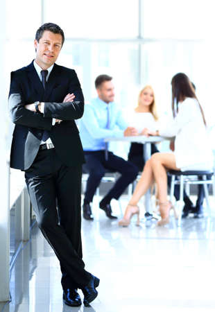 homme d'affaires debout avec son équipe Banque d'images