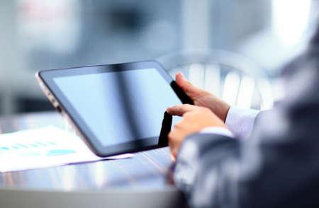 homme tenant une tablette numérique Banque d'images
