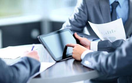 Zakenman die digitale tablet op de vergadering van Stockfoto