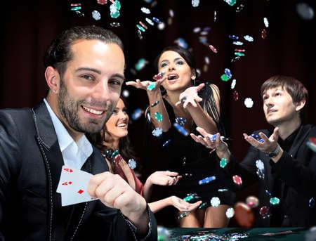I giocatori di poker seduti intorno a un tavolo in un casinò