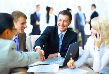 Mensen uit het bedrijfsleven handen schudden, klaar met een bijeenkomst