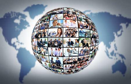 Un globo è isolato su uno sfondo bianco con molti diversi uomini d'affari