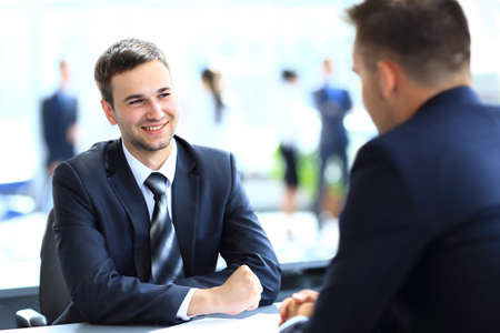 Gens d'affaires heureux de parler sur la réunion au bureau Banque d'images