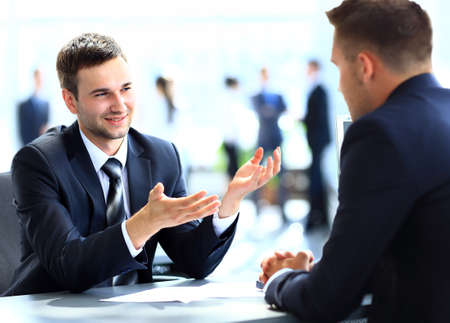 Hombres de negocios felices hablando sobre la reunión en la oficina