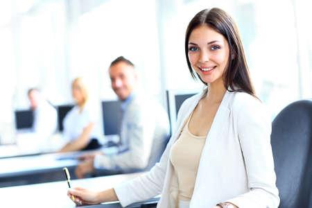 Donna d'affari con la sua squadra in ufficio