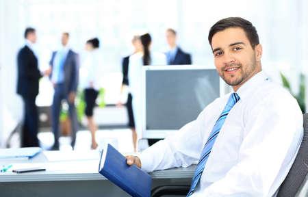 Retrato, de, sorrindo, homem negócios, trabalhando, em, escritório, olhando câmera